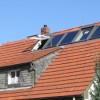 November 09 - Velux Dachfensterkombination mit Solaranlage in einem Dach mit alter Ziegeldeckung